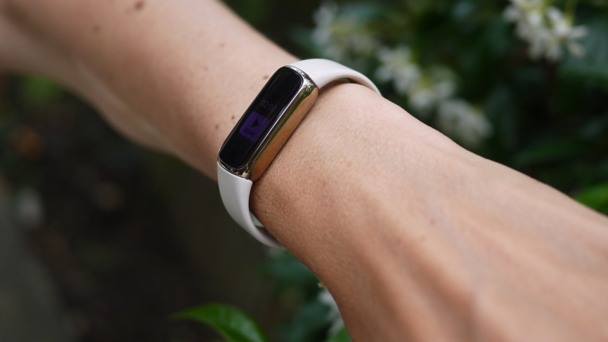 Fitbit Luxe thickness